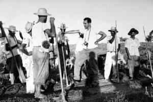Alberto Jacob com trabalhadores rurais no norte do país