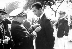 Alberto Jacob recebendo condecoração da Marinha pela cobertura da Guerra da Lagosta  em 1963